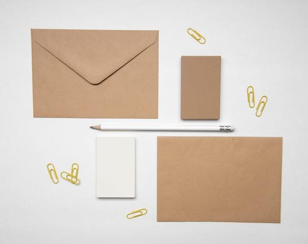 Artigos de papelaria e cartões de visita marrons pálidos