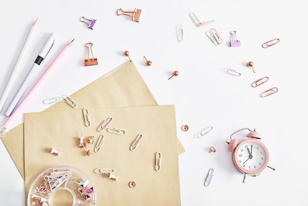 Artigos de papelaria e despertador. de volta à escola! objetos de mesa de design. material escolar.