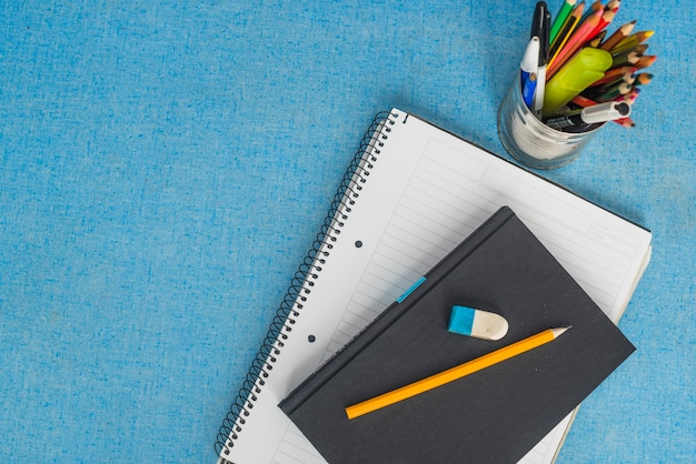 Artigos de papelaria e livro didático em azul