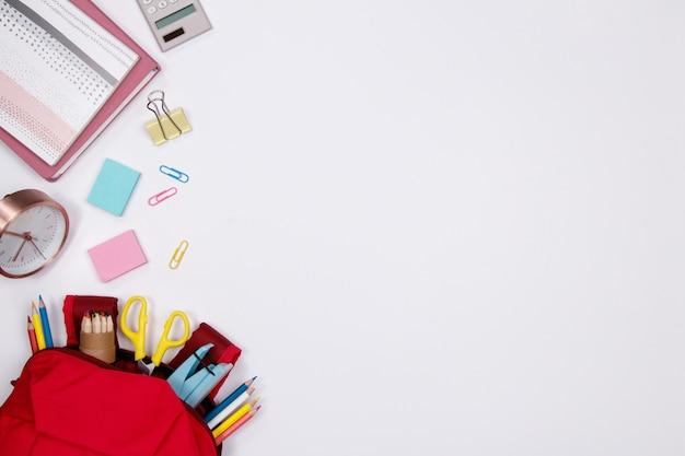 Artigos de papelaria e material de escritório no fundo branco