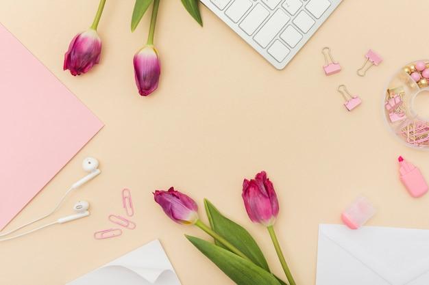 Artigos de papelaria e tulipas bonitas