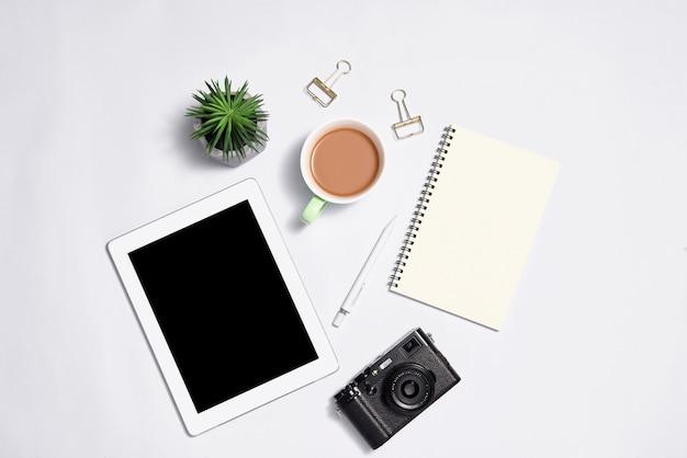 Artigos de papelaria elegantes com laptop na cor de fundo