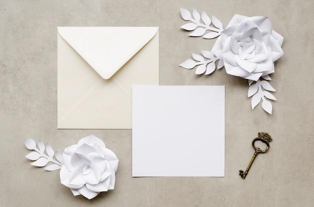 Artigos de papelaria elegantes do casamento com chave