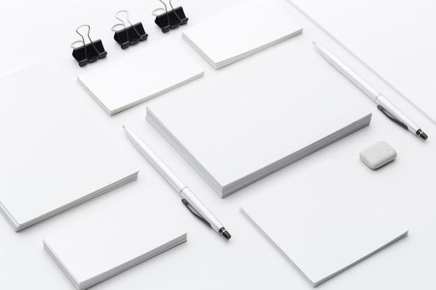 Artigos de papelaria em branco / branding negócio isolado no branco