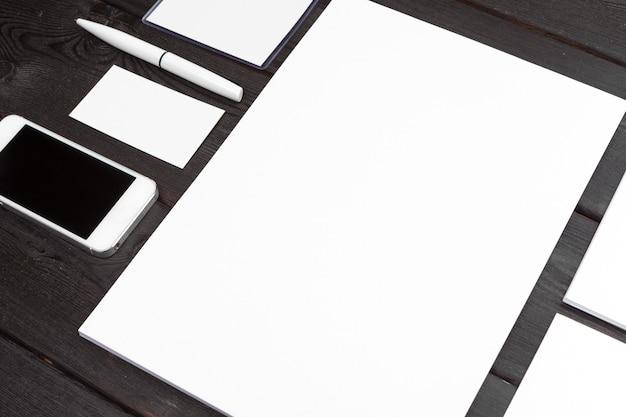 Artigos de papelaria em branco em papel de madeira, cartões de visita, livreto, folhas, etc