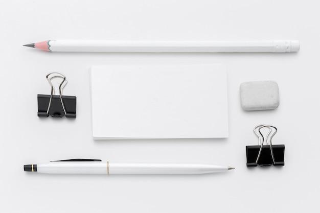 Artigos de papelaria em branco / marca comercial isolados no branco