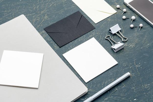 Artigos de papelaria em branco para marcar envelopes, clipes e cartões corporativos