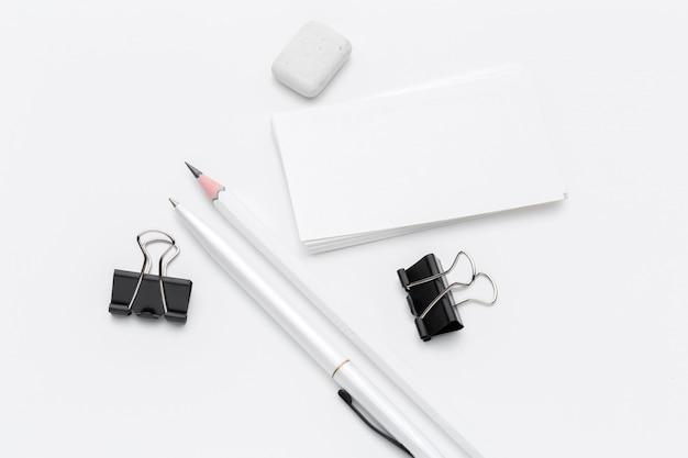 Artigos de papelaria em branco para negócios marca isolado no fundo branco