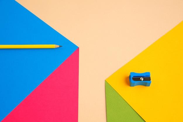 Artigos de papelaria em cores pop brilhantes com efeito de ilusão visual, arte moderna. coleção, conjunto para educação. copyspace para anúncio. cultura jovem, coisas elegantes ao nosso redor. local de trabalho criativo moderno.