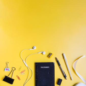 Artigos de papelaria em fundo amarelo