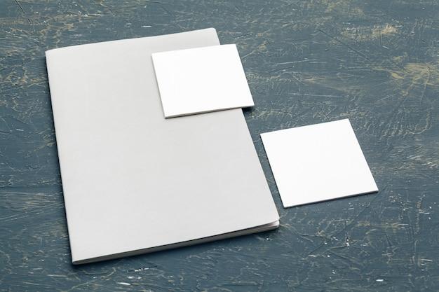 Artigos de papelaria em madeira. modelo de design responsivo. maquete de identidade de marca