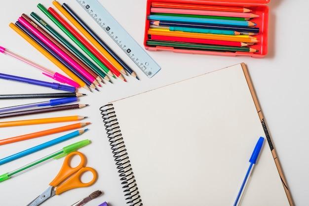 Artigos de papelaria em torno de notebook