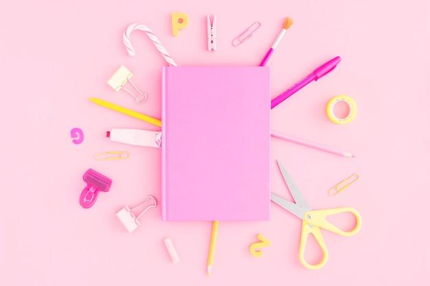 Artigos de papelaria em torno do bloco de notas