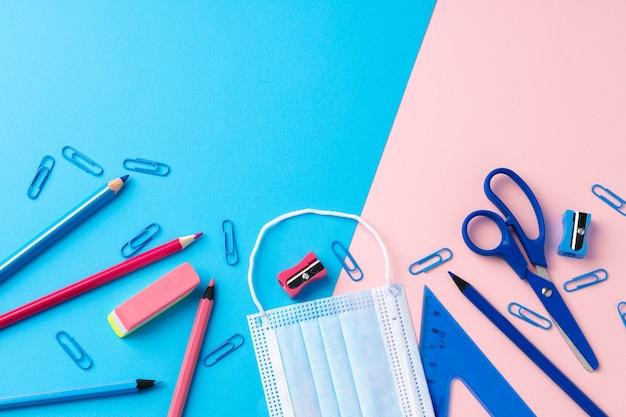 Artigos de papelaria escolar e máscara médica