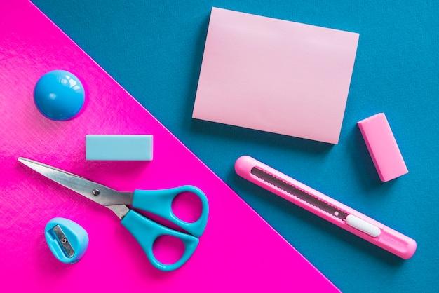 Artigos de papelaria essenciais cor-de-rosa e azul
