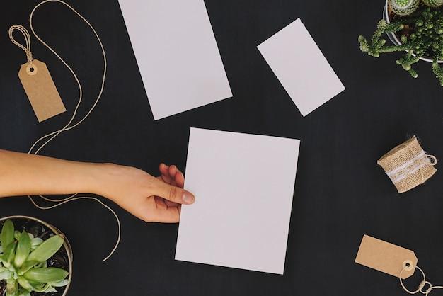 Artigos de papelaria florais e mão