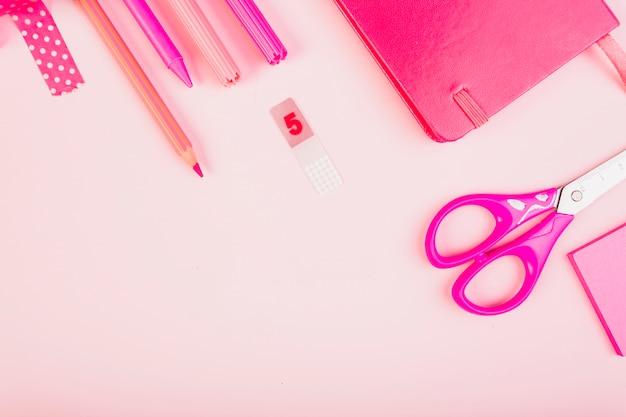 Artigos de papelaria kit rosa com o bloco de notas e tesoura