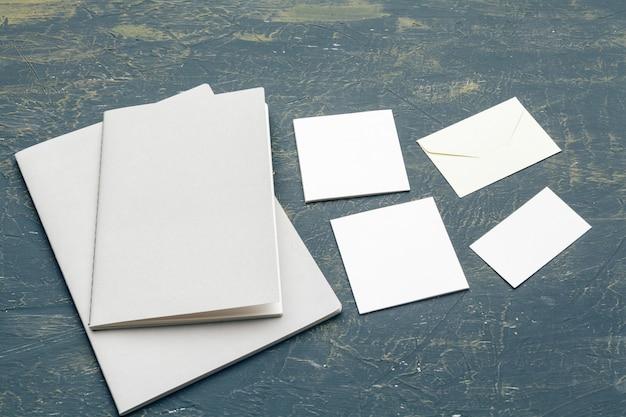 Artigos de papelaria mock up em madeira. modelo de design responsivo.