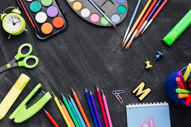 Artigos de papelaria multicoloridos para criação em fundo cinza