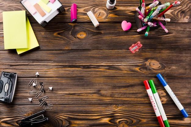Artigos de papelaria na mesa de madeira