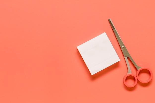 Artigos de papelaria na superfície rosa
