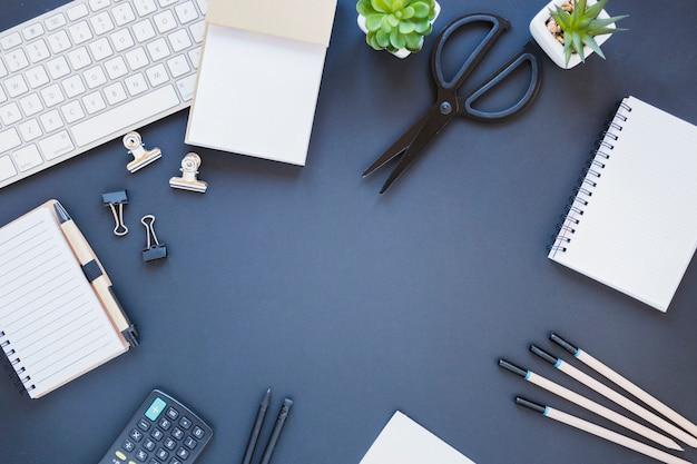 Artigos de papelaria perto de calculadora e teclado