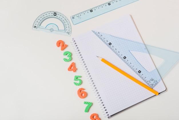 Artigos de papelaria perto de pequenos números
