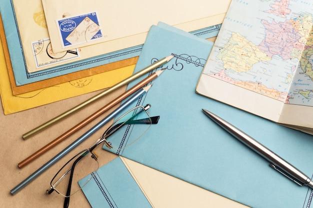 Artigos de papelaria postais estão sobre a mesa.