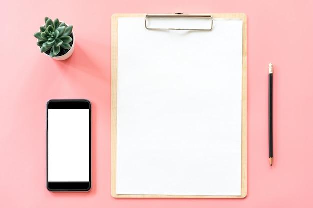 Artigos de papelaria, prancheta em branco, smartphone, planta de maconha