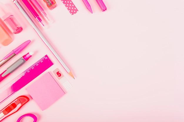 Artigos de papelaria rosa à moda