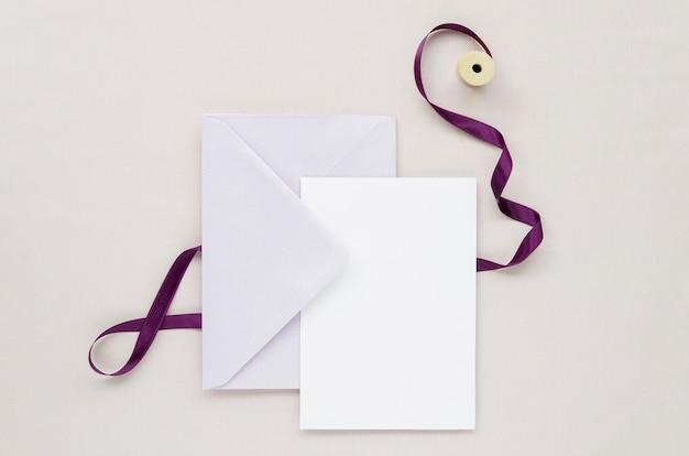 Artigos de papelaria simples do casamento com fita