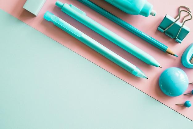 Artigos de papelaria verdes sortidos angulares