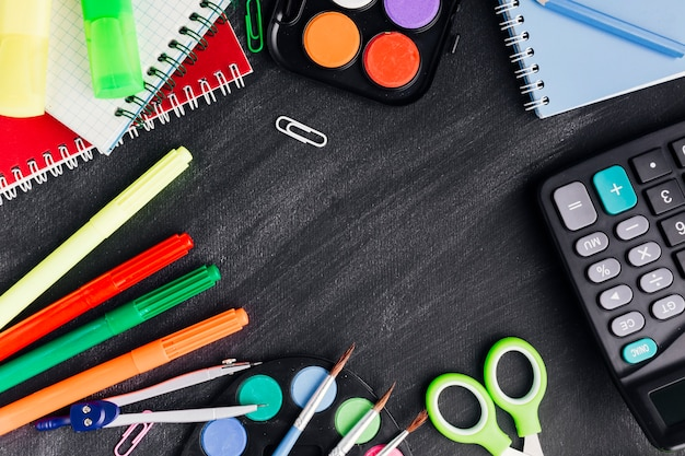 Artigos de papelaria vibrantes para a criatividade em fundo escuro