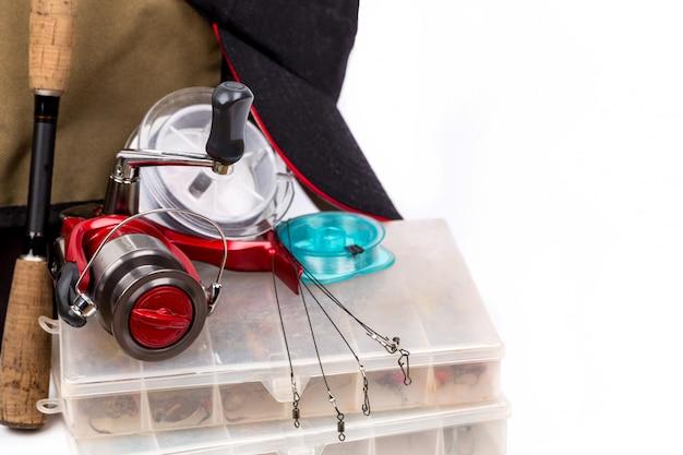 Artigos de pesca e isca na caixa
