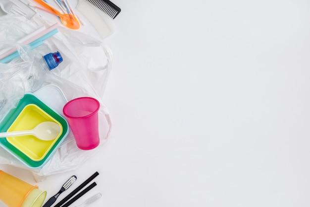 Artigos de plástico sobre fundo branco, plano leigos