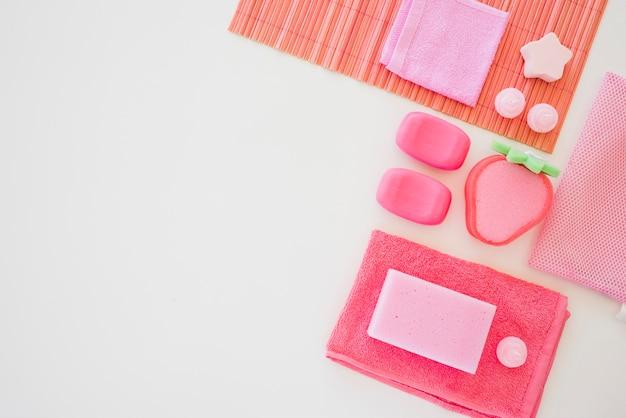 Artigos de toalete cor-de-rosa de menina