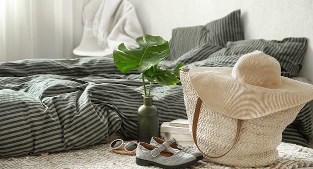 Artigos de vestuário em um interior aconchegante. conceitos de estilo e conforto.
