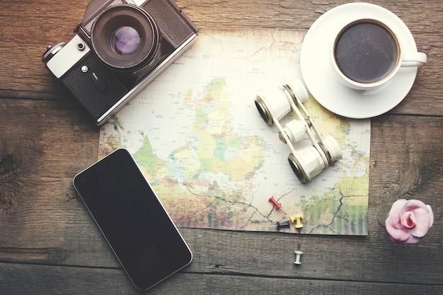 Artigos de viagem - binocular, mapa, café, câmera e telefone