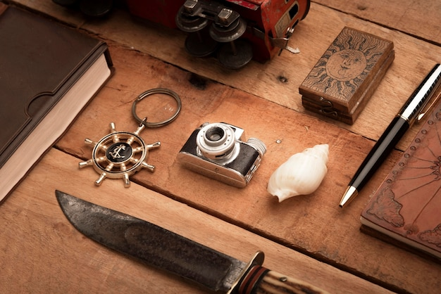 Artigos de viagem na mesa de madeira