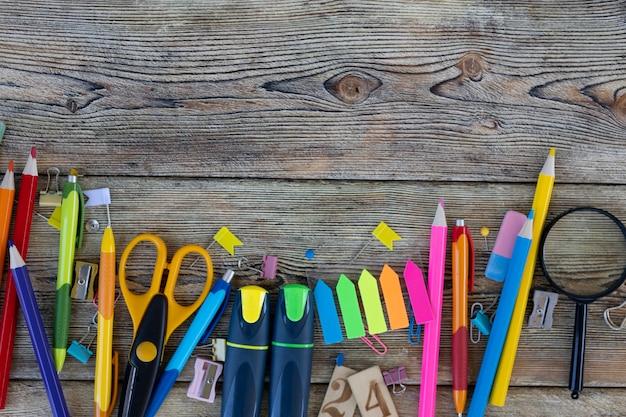 Artigos escolares em tábuas de madeira