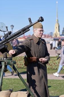 Artilheiro antiaéreo com metralhadora no feriado do dia da vitória em petersburgo
