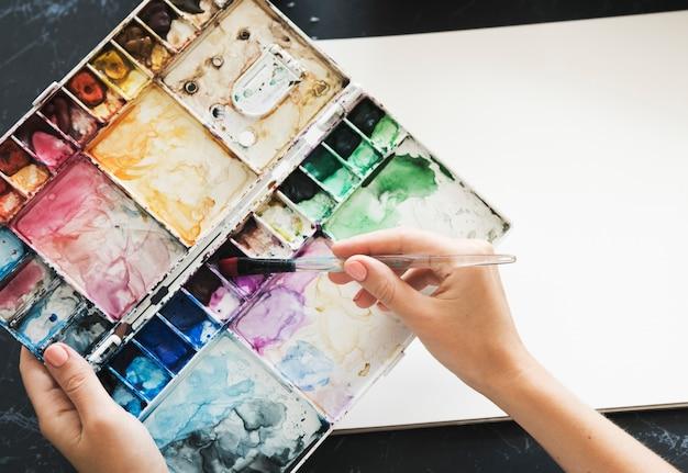 Artist painting colors illustration artigos de papelaria na mesa