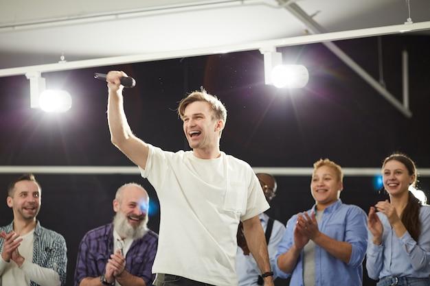 Artista animado no palco