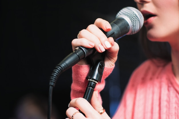 Artista cantando ao microfone