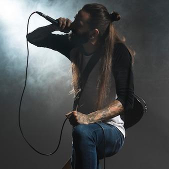 Artista cantando no palco segurando um microfone