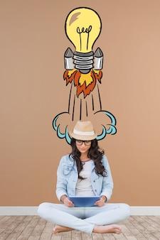 Artista da menina com uma mão desenhada lâmpada foguete