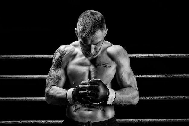 Artista das artes marciais mistas posando em um fundo preto. conceito de mma, ufc, boxe tailandês, boxe clássico. mídia mista