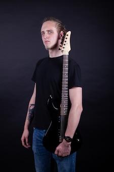 Artista de banda de rock com guitarra