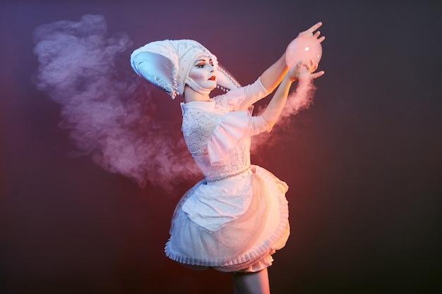 Artista de circo mágico mostra truques com bolhas de sabão. mulher e uma menina inflando bolhas de sabão