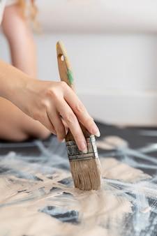 Artista de close-up, segurando a escova